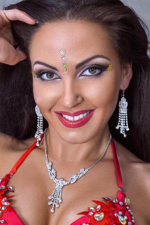 Photo pour Close up portrait of young woman belly dance performer in exotic costume - image libre de droit
