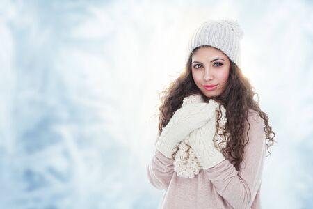 Photo pour Winter fashion portrait of beautiful young woman - image libre de droit