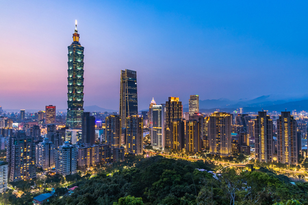 Foto de Taiwan city skyline at twilight , The beautiful sunset of Taipei, Aerial view Taiwan city skyline. - Imagen libre de derechos