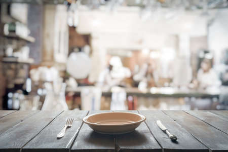Photo pour empty plate with fork and knife on wooden table in the club - image libre de droit