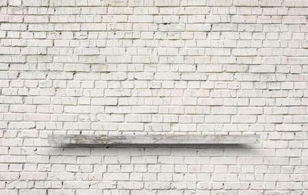 Photo pour empty shelf on brick wall - image libre de droit