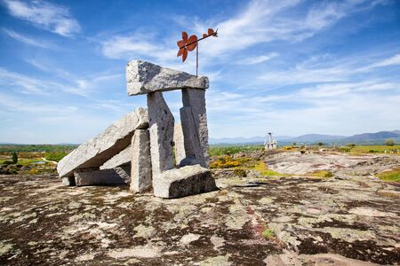 Monument de pierres suspendues, Los Santos, Espagne /  Hanging stone monument, Los Santos, Spain