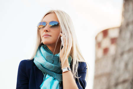 Photo pour Blond fashion business woman calling on cell phone outdoor - image libre de droit
