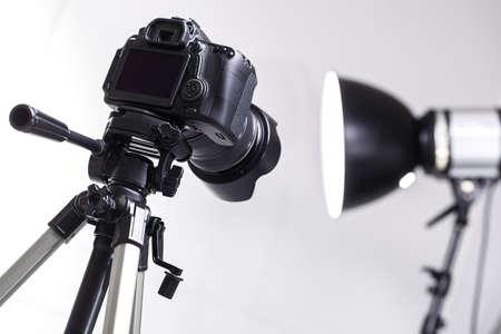 Photo pour DSLR camera on tripod in the studio - image libre de droit