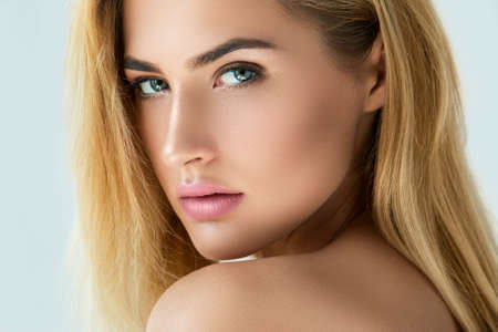 Foto de Portrait of beautiful blonde girl with beautiful eyes - Imagen libre de derechos