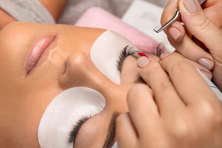 Foto de Procedure of eyelashes extension in salon - Imagen libre de derechos