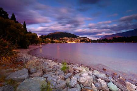 Foto de Beutiful Scenery at Lake Wakatipu Queentown New Zeland during sunset. - Imagen libre de derechos