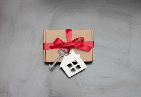 Foto de gift tied with a key and a house - Imagen libre de derechos
