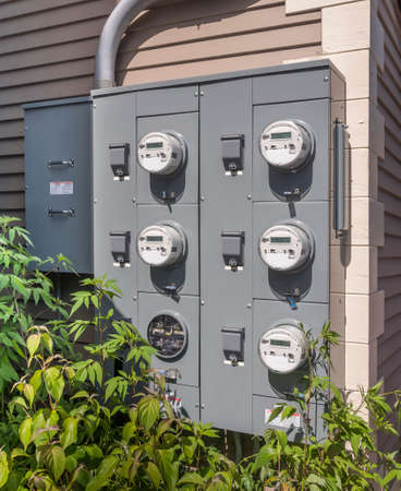 Photo pour electricity usage meters on the side of a small mall - image libre de droit