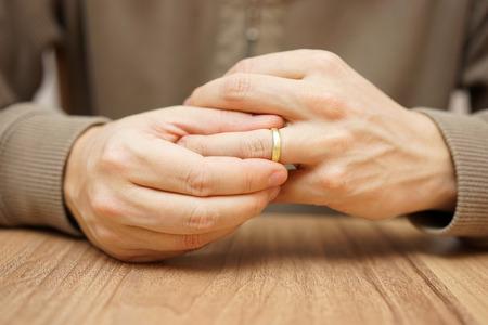 Foto de Man is taking off the wedding ring - Imagen libre de derechos