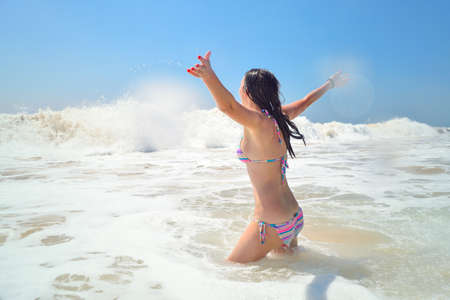 Photo pour woman enjoying life in the ocean - image libre de droit
