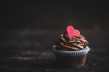 Photo pour Heart on the top of cupcake,selective focus and valentines day concept - image libre de droit