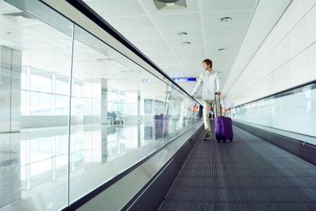 Photo pour traveler man with a suitcase at airport. - image libre de droit