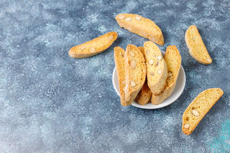 Photo pour Italian tuscan traditional cookies cantuccini with almonds on grey concrete background,top view - image libre de droit