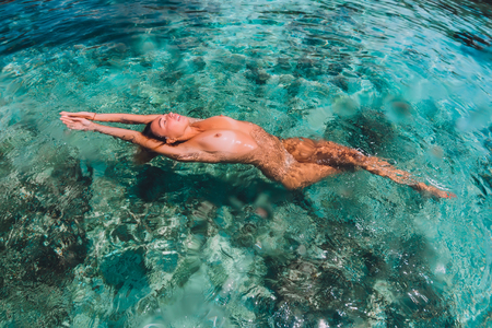 Photo pour Beautiful woman floating and relax in tropical ocean - image libre de droit
