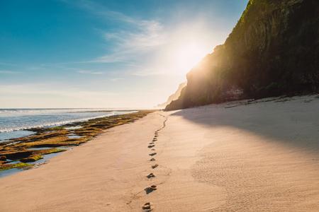 Photo pour Tropical sandy beach with ocean, sky and sunshine in Bali - image libre de droit
