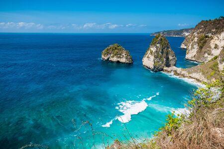 Photo pour Tropical Diamond beach with blue ocean and cliff in Nusa Penida island - image libre de droit