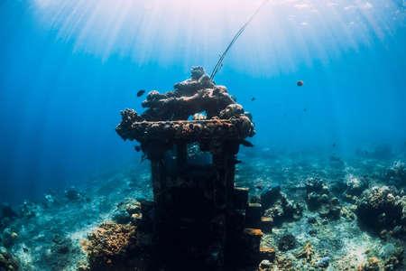 Photo pour Underwater temple in blue ocean near Amed, Bali. Touristic diving site - image libre de droit