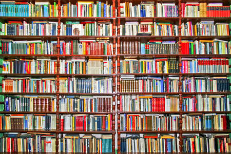Photo pour Whole big wall covered with lot of books - image libre de droit