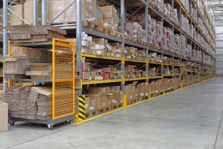 Foto de Long Shelving System in Distribution Center Warehouse - Imagen libre de derechos