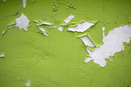 Photo pour Old flaky white paint peeling off a grungy cracked wall - image libre de droit