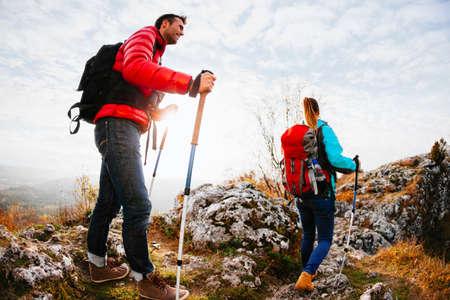 Foto de Couple hiking in mountains - Imagen libre de derechos