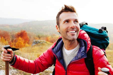 Foto de Happy young man hiking with backpack - Imagen libre de derechos