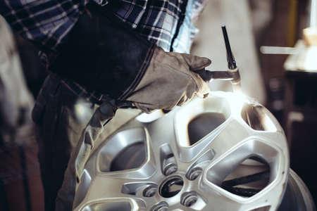 Photo pour Alloy wheel repair, Welding alloy rim. - image libre de droit
