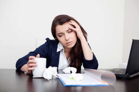 Foto de Sick woman at work drinking coffee - Imagen libre de derechos