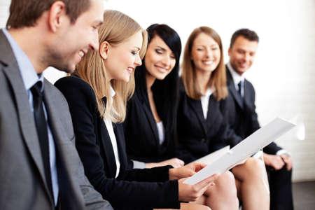 Foto de Gruop of business people. Businesswoman explaining - Imagen libre de derechos