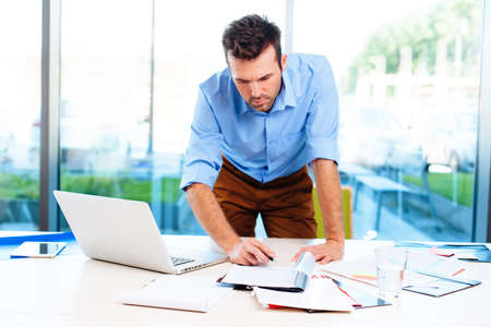 Foto de Busy businessman working in office - Imagen libre de derechos