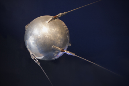 Photo pour Sputnik close-up. Space technology pioneer. Vintage technology. - image libre de droit