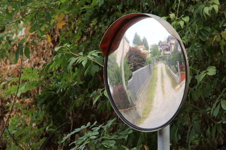 Telecamera di sicurezza, specchio strada, il traffico cultura italiana.