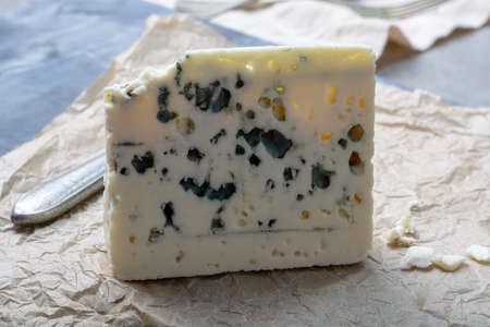 Photo pour Piece of French blue cheese Roquefort, made from sheep milk in caves of Roquefort-sur-Soulzon - image libre de droit