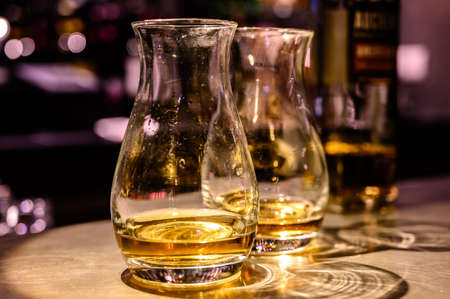 Photo pour Flight of Scottish whisky, tasting glasses with variety of single malts or blended whiskey spirits on distillery tour in pub in Scotland, UK - image libre de droit