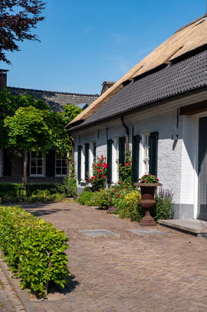 Photo pour View on old Dutch house with thatched roof for one family in North Brabant, Netherlands - image libre de droit