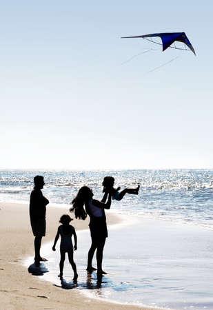 Photo pour Happy family on the beach - image libre de droit