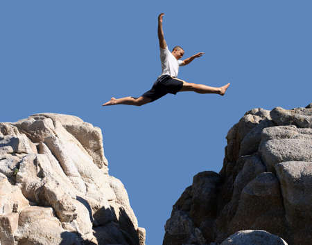 Foto de Boy jumping over the mountains - Imagen libre de derechos