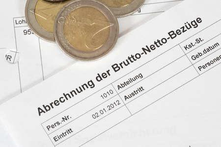 Photo pour Euro coins and a pay slip - image libre de droit