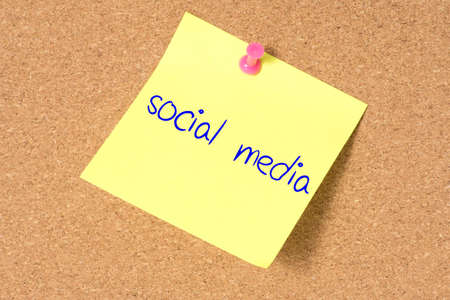 A pin board and a note with the note Social Media