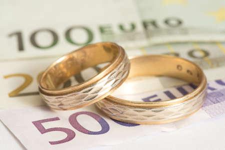 Photo pour Two wedding rings and euro bills - image libre de droit