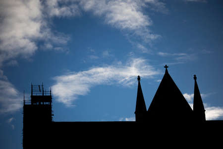 Photo pour Silhouette of scaffolding to restoration work to Anglican medieval gothic Cathedral - image libre de droit