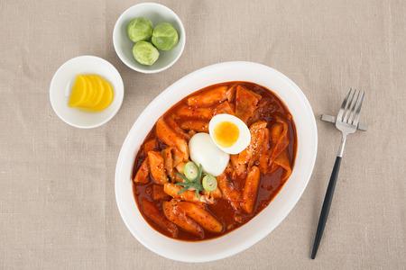Photo pour Food photo - famous snack and street foods in Korea. Stir-fried rice cake, Korean sausage, Kimbap, Ramen, Dumplings and cold bean-soup noodles. - image libre de droit