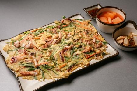 Photo pour Korean pancake, pajeon with seafood and green onion leeks, Korean cuisine Jeon - image libre de droit