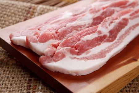 Foto de Korean barbecue Saeng Samgyeopsal, raw pork belly - Imagen libre de derechos