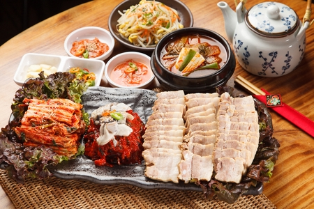 Photo pour Bossam, a Korean cuisine, boiled pork, cabbage kimchi, radish kimchi - image libre de droit
