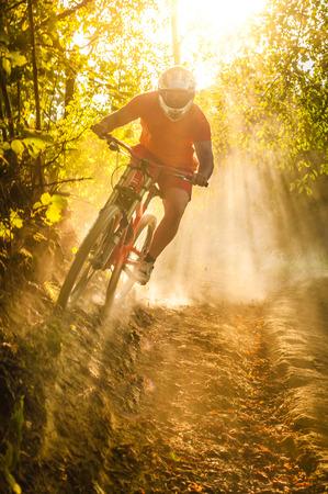 Foto de Downhill mountain biker at sunset - Imagen libre de derechos