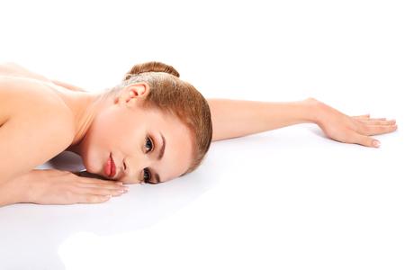 Photo pour Beauty woman portrait. Beautiful model girl with perfect fresh clean skin. Bodyn care concept. - image libre de droit