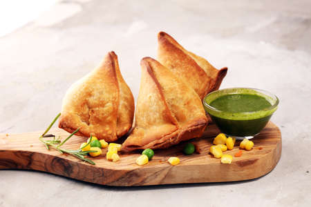 Foto de Vegetarian samsa or samosas.Indian special traditional street food punjabi samosa or Coxinha, Croquete and other Fried Brazilian Snacks. - Imagen libre de derechos