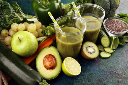 Photo pour Healthy green smoothie and ingredients - detox, diet, health, vegetarian food concept with vitamin - image libre de droit